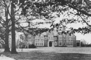 The palatial Longwood mansion consisted of over fifty rooms, including a large library, a drawing room, and a great hall with a pipe organ. The exterior featured elaborate chimneys, refined stone carvings, and castellated stone detailing.